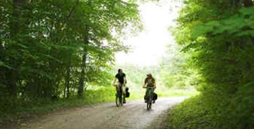 cyklende-par-i-skov.jpg